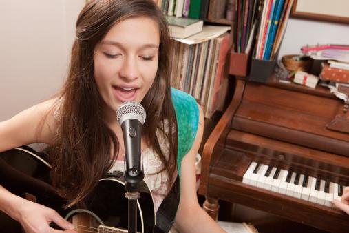 tocar la guitarra y cantar a la vez