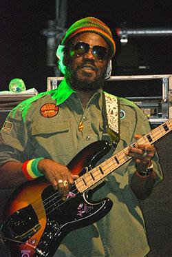 tocar ritmos reggae con el bajo